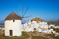 Grèce, Les Cyclades, Ile de Ios, moulin au dessus de Chora  // Greece, Cyclades, Ios island, the windmills overlooking Chora town