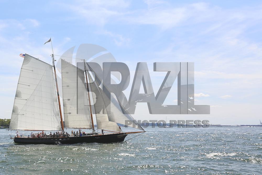 NOVA YORK, EUA, 13.08.2015 - TURISMO-NEW YORK - Embarcação a vela é vista em Manhanttan em Nova Iorque nos Estados Unidos nesta quinta-feira, 13. (Foto: William Volcov/Brazil Photo Press/Folhapress)