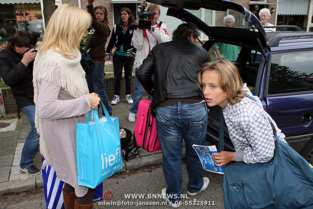 NLD/Hilversum/20080924 - De Froger familie verlaat hun woning in Hilversum na een maand tv opnamen,