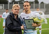 Frederik Bay (FC Helsingør) kåres til Årets Spiller af fanklubben og får overrakt blomster af formand Pia Carlsen før kampen i 2. Division mellem FC Helsingør og Holbæk B&I den 6. september 2019 på Helsingør Ny Stadion (Foto: Claus Birch).