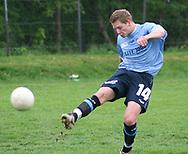 FODBOLD: Jacob Jensen (Helsingør) afslutter under kampen i Kvalifikationsrækken, pulje 1, mellem AB og Elite 3000 Helsingør den 20. maj 2006 på Skovdiget Idrætsanlæg. Foto: Claus Birch