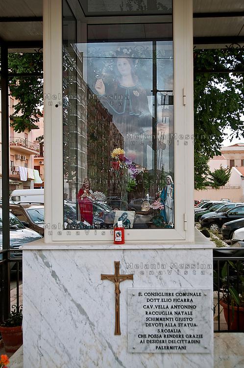 edicola votiva con Santa Rosalia costruita grazie ai fondi di alcuni consiglieri comunali nella periferia di Palermo.<br /> Votive shrine with saint Rosalia built thanks to the funds of some local politicians in the suburb of Palermo.