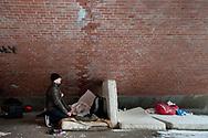 Mit der Gruppe polnischer<br /> Obdachloser, die auf der anderen<br /> Seite der Brücke übernachtet, h&auml;tten sie<br /> wenig zu tun. &bdquo;Ab und an geben wir uns<br /> gegenseitig Essen ab&ldquo;, sagt Tsecke.