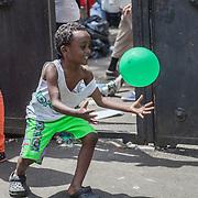 Quasi 800 profughi di cui più di 100 bambini vengono ospitati nella struttura di accoglienza Baobab di Via Cupa a Roma. La struttura può accogliere circa 220 migranti. Semplici cittadini e il gruppo SEL hanno raccolto generi alimentari da distribuire agli all'interno della struttura. Un bambino rincorre un palloncino.
