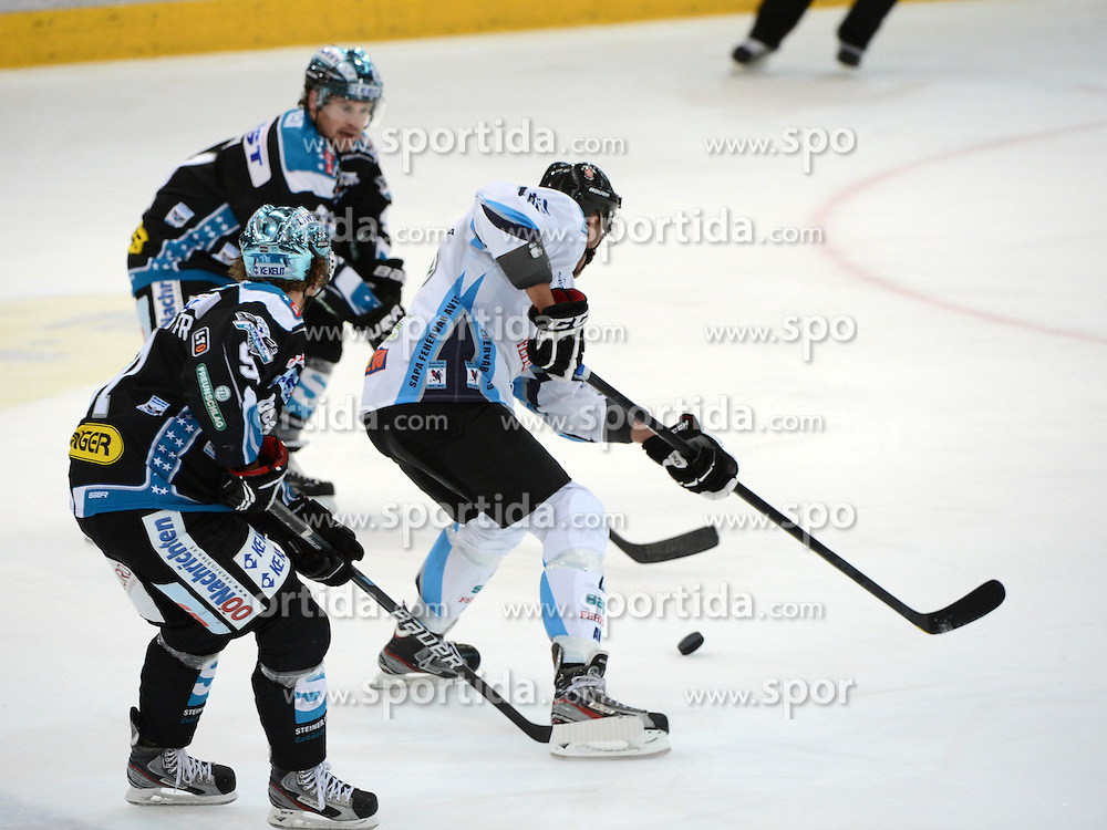 23.09.2012, Keine Sorgen Eisarena, Linz, AUT, EBEL, EHC Liwest Black Wings Linz vs SAPA Fehervar AV19, 6. Runde, im Bild Curtis Murphy (EHC Liwest Black Wings Linz, #32) und Istvan Sofron (SAPA Fehervar AV19, #20) // during the Erste Bank Icehockey League 6th Round match between EHC Black Wings Linz and SAPA Fehervar AV19 at the Keine Sorgen Icearena, Linz, Austria on 2012/09/23. EXPA Pictures © 2012, PhotoCredit: EXPA/ Reinhard Eisenbauer