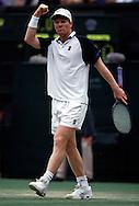 Sport,Tennis,Wimbledon 1999, Grand Slam Turnier,Spieler,Jim Courier (USA) in Jubelpose,<br /> Jubel,jubelt, macht Faust und Grimasse, feuert sich an,Ganzkoerper,Hochformat,
