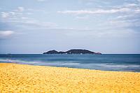 Ilha do Campeche vista da Praia da Morro das Pedras ao anoitecer. Florianópolis, Santa Catarina, Brasil. / Campeche Island viewed from Morro das Pedras Beach at evening. Florianopolis, Santa Catarina, Brazil.