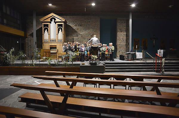 Nederland, Malden, 11-10-2012Een koor, kerkkoor zingt tijdens een repetitie in de kerk.Foto: Flip Franssen/Hollandse Hoogte