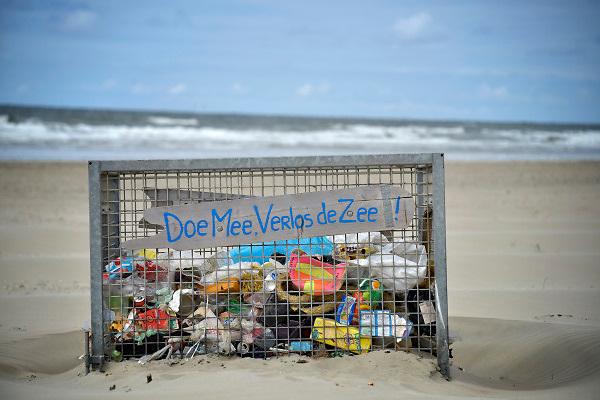 Nederland, Velsen, 12-6-2018Op het strand is een metalen bak neergezet waar mensen hun plastic afval in kunnen gooien . Het is een manier om te voorkomen dat het plastic in zee terechtkomt, daarna in de voedselketen en een bedreiging voor veel dieren vormt .Foto: Flip Franssen