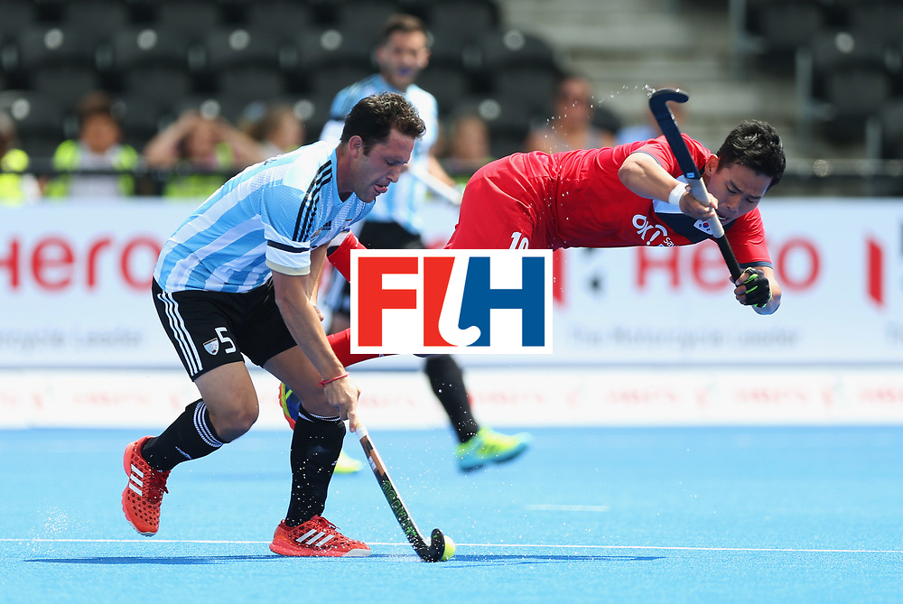 LONDON, ENGLAND - JUNE 15:  Pedro Ibarra of Argentina and Junwoo Jeong of South Korea battle for the ball during the Pool A match between Korea and Argentina on day one of Hero Hockey World League Semi-Final at Lee Valley Hockey and Tennis Centre on June 15, 2017 in London, England.  (Photo by Alex Morton/Getty Images)