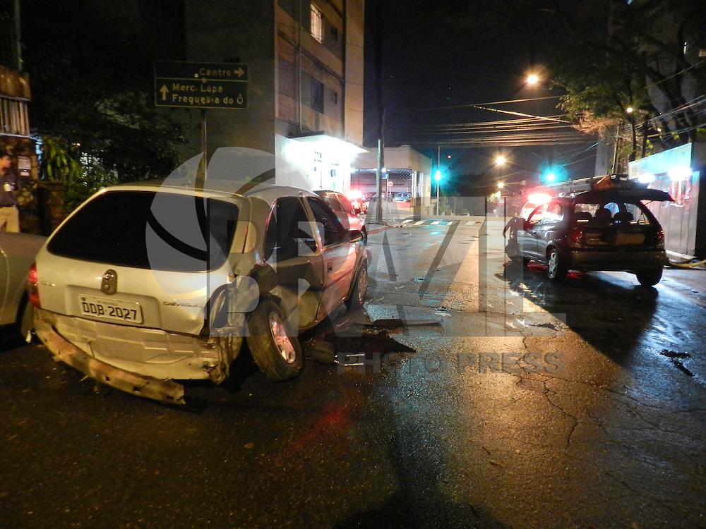 SÃO PAULO - SP - 09 DE FEVEREIRO 2013. LADRÕES EM FUGA. Após serem perseguidos 03 ladroes, sendo um menor, batem em um carro e um caminhão na Lapa - zona oeste, nesta madrugada de sabado (09). Dentro do veículo varios objetos furtados, os ladrões foram presos e encaminhados ao 98DP. FOTO: MAURICIO CAMARGO / BRAZIL PHOTO PRESS.