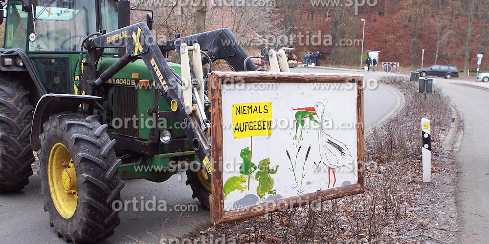 08.11.2010, Castortransport 2010, Goehrde, GER, Treckerblockade der Wendlandbauern sorgt fuer Staus rund um Dannenberg, EXPA Pictures © 2010, PhotoCredit: EXPA/ nph/  Kohring+++++ ATTENTION - OUT OF GER +++++