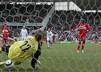 Photo: Andrew Unwin.<br /> Middlesbrough v Bolton Wanderers. The Barclays Premiership. 26/03/2006.<br /> Middlesbrough's Jimmy Floyd Hasselbank (R) fires his penalty under Bolton's goalkeeper, Jussi Jaaskelainen (L).