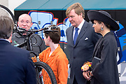 Koning Willem-Alexander en koningin Maxima tijdens een streekbezoek aan West-Brabant op en rond de Brabantse Wal. <br /> <br /> King Willem-Alexander and Queen Maxima during a regional visit to West-Brabant.<br /> <br /> Op de foto / On the photo:  Aankomst en ronleiding  bij het Zuidwesthoek College ( Wielercollege ) /// Arrival and tour of the southwest corner College (College Cycling)