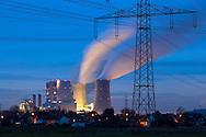 Europa, Deutschland, Nordrhein-Westfalen, das Braunkohlekraftwerk Neurath bei Grevenbroich. Mit einer Bruttoleistung von &uuml;ber 4400 Megawatt ist es das staerkste Kraftwerk Deutschlands und dient der Erzeugung von Grundlaststrom, Betreiber ist die RWE AG, die Bloecke F und G, im Vordergrund Haeuser in Rommerskirchen-Vanikum. - <br /> <br /> Europe, Germany, North Rhine-Westphalia, the brown coal power station Neurath in Grevenbroich. With a gross capacity of 4,400 megawatts, it is the strongest power plant in Germany and is used to generate base-load electricity, operator is the RWE AG, the blocks F and G, in the foreground houses in Rommerskirchen-Vanikum..
