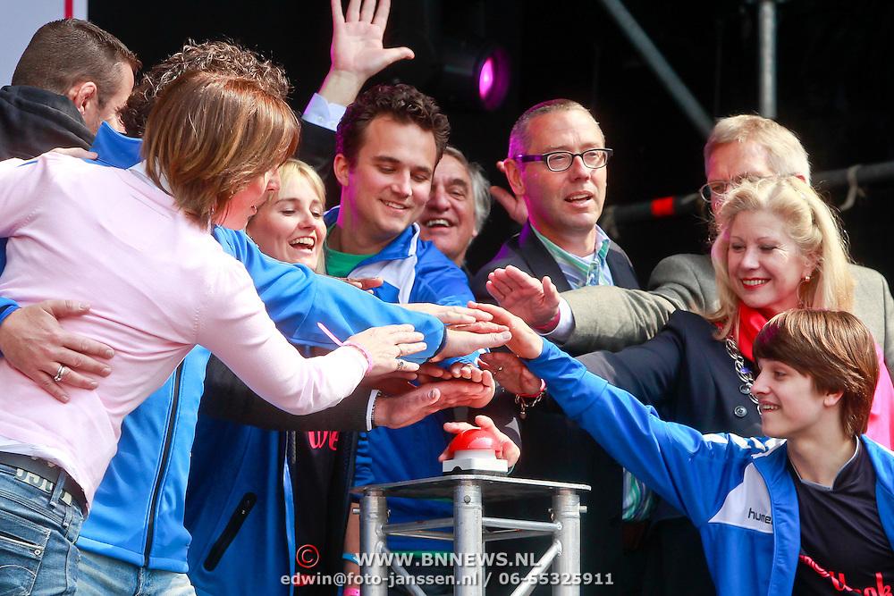 NLD/Schiedam/20110416 - Opening Nationale Sportweek 2011, openingshandeling door de sportambassadeurs
