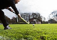 AMSTELVEEN - Hockey op echt gras in het Amsterdamse Bos bij VRA. Wedstrijd tussen Hurley D10 en Amsterdam D12. COPYRIGHT KOEN SUYK