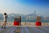 Chine, Hong Kong, Kowloon, Tsim Sha Tsui, Avenue of Stars avec vue sur Central // China, Hong Kong, Kowloon, Tsim Sha Tsui, Avenue of Stars, Central on the backside