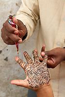 Nepal. Vallee de Katmandou. Katmandou. Main peinte au henne. // Nepal. Kathmandu valley. Kathmandu. Hand with henna.