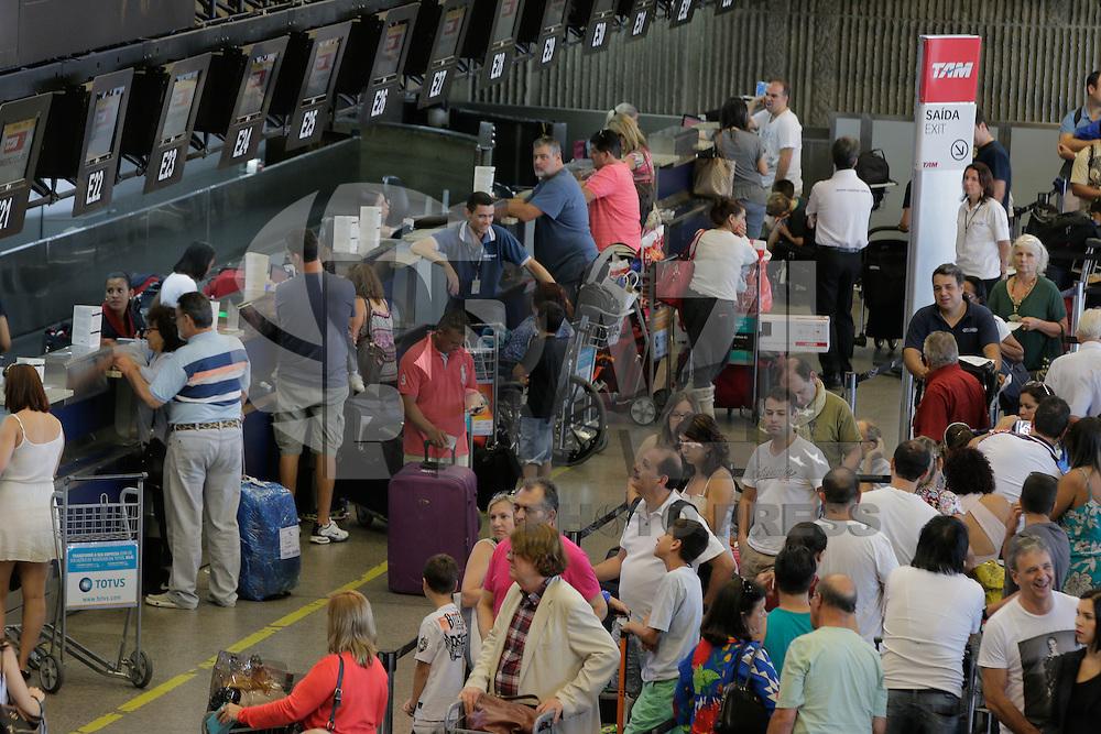 GUARULHOS-SP, 05.02.2016 - FERIADO-SP - Movimentação de passageiros no Aeroporto de Cumbica na cidade de Guarulhos saida do feriado de Carnaval nesta sexta-feira, 05 (Foto: Luiz Guarnieri/Brazil Photo Press)