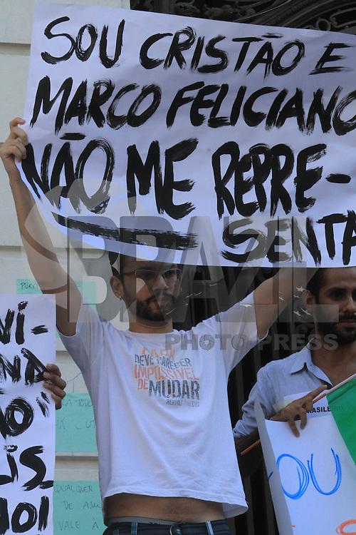 RIO DE JANEIRO, RJ, 09 DE MARÇO DE 2013, MANIFESTAÇÃO CONTRA O PR. MARCOS FELICIANOS - Ato de repudio a nomeação do Deputado Marcos Feliciano para a comissão de direitos humanos, na Cinelandia neste sabado, 09. FOTO: THIAGO LOUZA / BRAZIL PHOTO PRESS