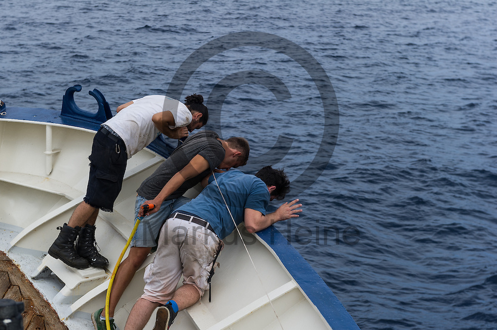 Die Besatzung holt am 21.09.2016 auf dem Fluechtlingsrettungsboot Sea-Watch 2 an der Kueste vor Lampedusa, Italien den Anker ein. Foto: Markus Heine / heineimaging<br /> <br /> ------------------------------<br /> <br /> Veroeffentlichung nur mit Fotografennennung, sowie gegen Honorar und Belegexemplar.<br /> <br /> Publication only with photographers nomination and against payment and specimen copy.<br /> <br /> Bankverbindung:<br /> IBAN: DE65660908000004437497<br /> BIC CODE: GENODE61BBB<br /> Badische Beamten Bank Karlsruhe<br /> <br /> USt-IdNr: DE291853306<br /> <br /> Please note:<br /> All rights reserved! Don't publish without copyright!<br /> <br /> Stand: 09.2016<br /> <br /> ------------------------------