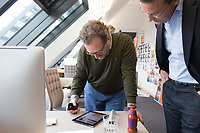 12 SEP 2013, BERLIN/GERMANY:<br /> Lutz Meyer, Geschaeftsfuehrer Kommunikationsagentur Blumberry, die Agentur für die Wahlkampagne der CDU zur Bundestagswahl 2013, schaut auf einem iPad den Spiegel-Online-Wahlkampf-Live-Blog an, Rechts: Roland Nelles, Ressortleiter Politik und Leiter des Berliner Büros bei Spiegel Online, Blumberry<br /> IMAGE: 20130912-02-014<br /> KEYWORDS: Wahlkampf, Werbeagentur