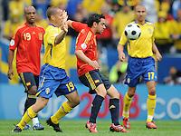 FUSSBALL EUROPAMEISTERSCHAFT 2008  Schweden - Spanien    14.06.2008 Xavi HERNANDEZ (ESP, r) gegen Daniel ANDERSSON (SWE).