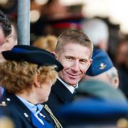 NLD/Breda/20130327 - HMH Konining Beatrix brengt decoratie Kosovo 1999 aan op vaandel Koninklijke Luchtmacht, Jack de Vries