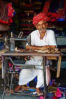 Inde, Rajasthan, village de Meda dans les environs de Jodhpur, population Rabari, Hanumanji, 62 ans, le couturier du village // India, Rajasthan, Meda village around Jodhpur, Rabari ethnic group, Hanumaji, 62 old, Tailor of the village