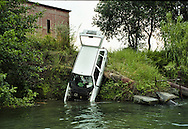 Roma - Un automobile rubata  gettata nel fiume Tevere alla periferia di Roma.<br />   Rome - A car stolen thrown into the Tiber River on the outskirts of Rome