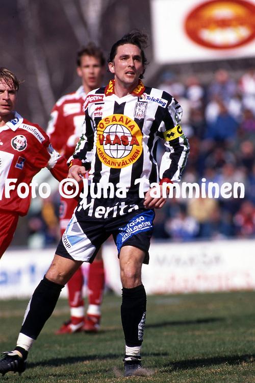 8.5.1997, Hietalahti, Vaasa.<br /> Veikkausliiga 1997.<br /> Vaasan Palloseura - FF Jaro.<br /> Jyrki Huhtam&auml;ki - VPS
