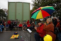 """Im Vorfeld des Castortransports demonstrieren jeden Sonntag ältere Atomkraftgegner bei der so genannten """"Stuhlprobe"""". In unmittelbarer Nähe zur Castor-Umladestation im wendländischen Dannenberg treffen sich regelmäßig rund 50 Demonstranten. <br /> <br /> Ort: Dannenberg<br /> Copyright: Andreas Conradt<br /> Quelle: PubliXviewinG"""