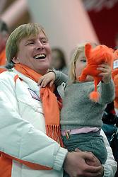 11-02-2006 SCHAATSEN: OLYMPISCHE WINTERSPELEN: 3000 METER DAMES: TORINO<br /> Prins Willem Alexander en Amalia<br /> ©2006-WWW.FOTOHOOGENDOORN.NL
