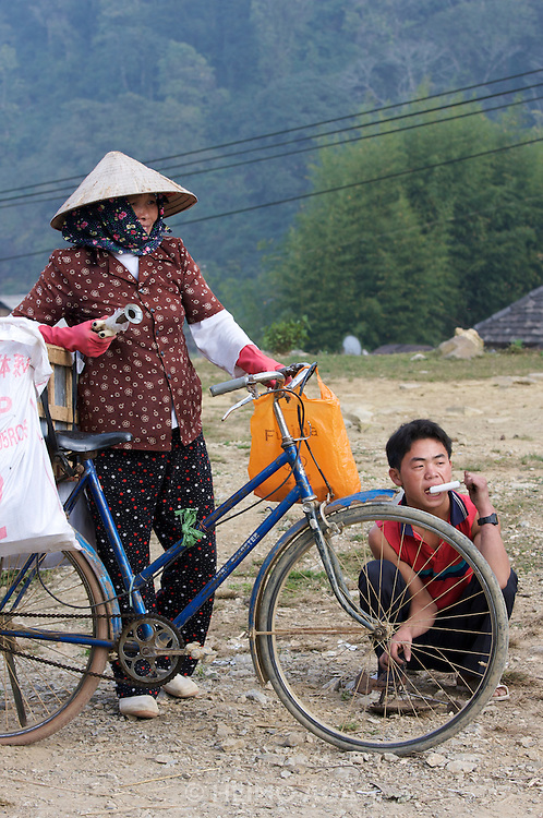 On the road from Pa Tan to Sinho. Woman with bicycle, young man with ice cream.