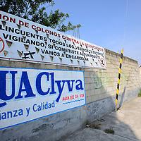 Zinacantepec, México (Mayo 27, 2016).- Vecinos de las colonias Zimbrones y Las Culturas instalaron mantas contra la delincuencia, en donde les advierten que están unidos y no permitirán que sigan delinquiendo en la zona, esto después de que se presentaran varios robos a casa habitación, transeúnte, automovilistas.  Agencia MVT / Crisanta Espinosa.