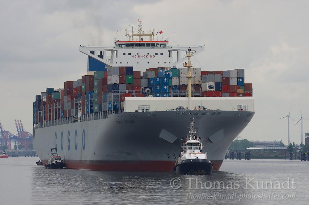 COSCO FORTUNE verlässt am 27.5.2013 den Hamburger Hafen, LOTSE 2 ist längsseits gegangen und Schlepper URM assistiert;