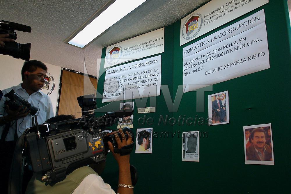 Toluca, M&eacute;x.- En conferencia de prensa el procurador general de justicia Alfonso Navarrete Prida informo que se ejercita accion penal en contra del presidente municipal de Chalco Eulalio Esparza Nieto por su responsabilidad en los delitos de extorcion y abuso de autoridad al pedir a una empresa inmobiliaria la cantidad de 4 millones 200 mil pesos. Agencia MVT / Mario V&aacute;zquez de la Torre. (DIGITAL)<br /> <br /> NO ARCHIVAR - NO ARCHIVE