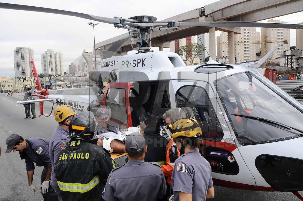 SAO PAULO, SP, 22 DE MARCO 2013 -QUEDA OBRA- Bombeiros resgatam Operario das obras do MonoTrilho Linha 2 Verde Vila Prudente - Cidade Tiradente do Metro que fica na Av Luis Inacio de A.Melo com Av Ibitirama Vila Prudente , O operario caiu de uma altura de 7metros de uma das torres em contrucao o mesmo foi levado pelo Helicoptero Aguia para o Hospital das Clinicas  . (FOTO: ADRIANO LIMA / BRAZIL PHOTO PRESS).