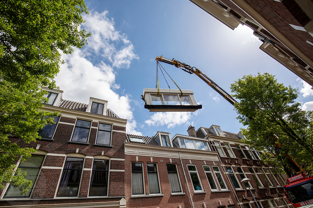 In Utrecht wordt met een hijskraan een dakkapel geplaatst op een woning.<br /> <br /> In Utrecht a dormer is placed on the roof of a house by a mobile crane.