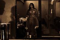L'effeuillage serait l'anc&ecirc;tre du striptease.<br /> Il serait n&eacute; &agrave; Paris, et aurait rapidement d&eacute;bord&eacute; des fronti&egrave;res pour devenir le &quot;Striptease&quot;.<br /> &quot;Le striptease est une forme de spectacle &eacute;rotique particuli&egrave;rement appr&eacute;ci&eacute;e dans les bo&icirc;tes de nuit qui consiste pour une personne &agrave; se d&eacute;barrasser de plus en plus de v&ecirc;tements pour finir tr&egrave;s d&eacute;v&ecirc;tue, voire nue.&quot;<br /> Il faut assister  une fois a un spectacle pour ce rendre compte que c'est bien plus, bien mieux.<br /> En g&eacute;n&eacute;ral, les stripteaseuses sont d'abord recruter pour leur plastique. Les performeuses ne sont pas des miss en puissance, loin de la. C'est d'ailleurs ce qui conf&egrave;re un charme particulier &agrave; ces spectacles.<br /> N'importe quelle femme (ou homme, depuis peu) peut le faire.<br /> Petite, grande, mince, boulotte ou plus, ce n'est pas ce qui importe.<br /> Dans ce monde o&ugrave; le paraitre compte plus que l'&ecirc;tre, c'est une bouff&eacute;e d'oxyg&egrave;ne.<br /> Et ce ph&eacute;nom&egrave;ne, entre les spectacles et les cours, connait une grande expansion..<br /> Mesdames, si vous manquez d'imagination dans votre vie de couple... vous pouvez prendre des cours d'effeuillage afin de faire un show priv&eacute; &agrave; votre compagnon (ou compagne...)<br /> Ceci &eacute;tant, &ccedil;a ne doit pas vous emp&ecirc;cher d'aller voir des spectacles mont&eacute;s par des professionnelles qui, elles, s'arr&ecirc;teront &agrave; la culotte...<br /> Quant aux origines, &ccedil;a n'a rien de parisien.<br /> Cela remonte l'Antiquit&eacute; pa&iuml;enne et m&ecirc;me la Bible  en parle avec la danse des sept voiles.<br /> Le principe &eacute;tait simple: chaque voile correspond &agrave; un niveau de conscience. <br /> Le premier voile a trait au sexe, le second au ventre et &agrave; la nourriture, le troisi&egrave;me, au coeur et &agrave; l'am