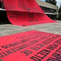 Toluca, Mex.- Cerca de 200 estudiantes de la Normal Rural de Tenería, se manifestaron nuevamente en las instalaciones de los Servicios Educativos Integrados al Estado de México (SEIEM), para exigir el gobierno les otorgue plazas en automático a todos aquellos egresados de esa escuela. Agencia MVT / Etna Aguilar. (DIGITAL)<br /> <br /> NO ARCHIVAR - NO ARCHIVE
