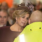 NLD/Huizen/20161130 - Staatsbezoek Belgie dag 3 - Koningin Mathilde en Koningin Maxima bezoeken Utrecht CS, Koningin Maxima in gesprek met iemand van Pro Rail
