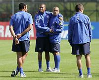 Robinho und Roberto Carlos umarmen sich vor dem ersten Training. © Urs Bucher/EQ Images