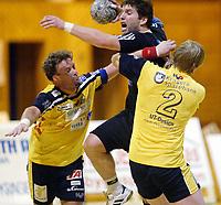 Håndball, 11. desember 2002. Eliteserien, Gildeserien herrer, Kragerø - Stord 25-32. Boye Pedersen og Paul Gundersen, Kragerø forsøker å stoppe  Bjørn Lindgård, Stord.