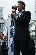 Journalist Shuntaro Torigoe, a major candidate for Tokyo speaks to people as he kicks off his campaign for the July 31 Tokyo gubernatorial election in front of the station of Kita-Senju, Japan on Thursday, July 16 2016. <br /> Torigoe has the joint backing of opposition parties including the Democratic Party and the Japanese Communist Party in the July 31 election. 16/07/2016-TOKYO, JAPAN
