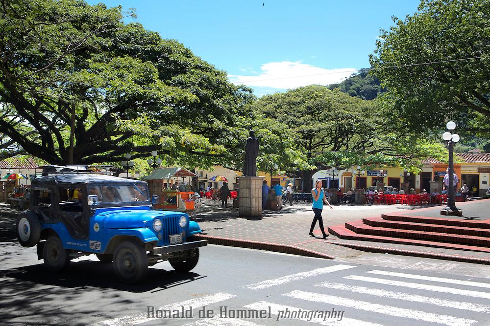 Een novemberochtend in Ciudad Bolívar, een aangenaam stadje tussen de groene bergen van het Colombiaanse departement Antioquia. Ciudad Bolívar is één van de regionale koffiecentra in de streek. Op het centrale plein zitten oude mannen met cowboyhoeden op terrasjes onder machtige samanes, enorme, schaduwbiedende bomen. Zoals elke ochtend drinken ze hun tinto (zo noemen de Colombianen hun zwarte koffie) en kijken ze naar de voorbijgangers.