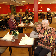 Nieuwe directeur bejaardentehuis de Bolder Huizen, Helene Wust met bewoonster Mw. Moorselaar