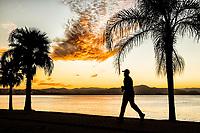 Silhueta de pessoa correndo no calçadão da Avenida Beira Mar Norte ao por do sol. Florianópolis, Santa Catarina, Brasil. / Silhouette of a person running on the sidewalk of Beira Mar Norte Avenue at sunset. Florianopolis, Santa Catarina, Brazil.