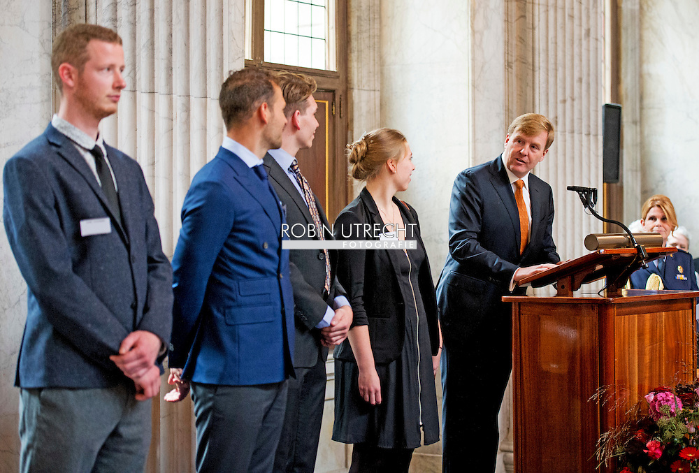 AMSTERDAM - <br /> Willem Alexander along with winner Koen moody, King Willem Alexander presented on Friday 10 October at the Royal Prize for Painting in 2014 from the Royal Palace in Amsterdam. Four young artists to receive this prize, a sum of 6500 euros. After the presentation ceremony, the King opens the exhibition where the winning works and a selection of other paintings sent to see. COPYRIGHT ROBIN UTRECHT